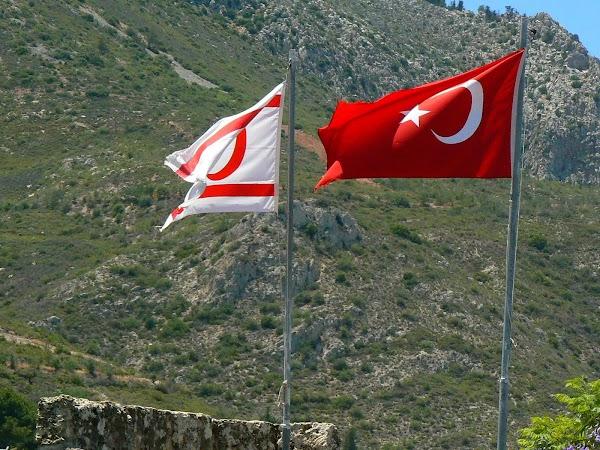 Imagini din Cipru de Nord: steagul Turciei si al Ciprului de Nord.JPG