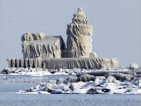 lighthouse-covered-in-ice-palace-cleveland-lake-erie-dark452