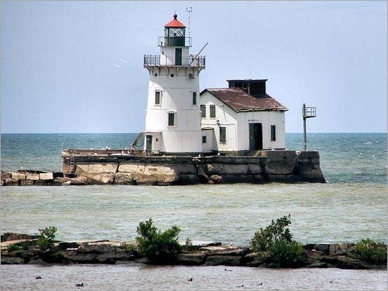 lighthouse-covered-in-ice-palace-cleveland-lake-erie-dark453