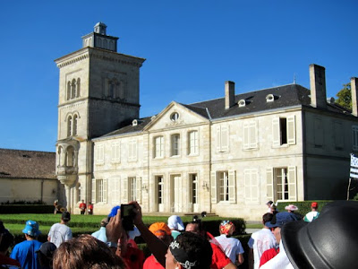 Runners in front of a chateau at the Marathon du Medoc