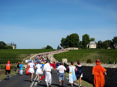 Runners on the street during the Marathon du Medoc