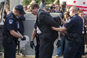 华盛顿市长街头抗议遭逮捕 关押7小时