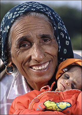 http://lh4.ggpht.com/_ERGrznxTIwo/SV-jwxtJqlI/AAAAAAAAV6I/BNm601i00Aw/Oldest%20mother%20gives%20birth%20Rajo%20Devi%20and%20daughter%20picturejpg%5B1%5D.png?imgmax=800