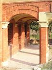 Un pilastro in mattoni con basi e capitelli in arenaria, scialbati.