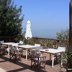 מרפסת המסעדה על הנוף באלומה בכפר