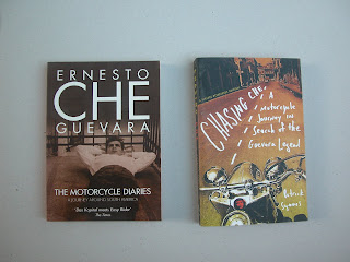 """שני ספרים שמספרים את סיפורו של צ'ה גווארה מבעד למסלול אותו עשה על אופנוע מדרום דרום אמריקה לצפונה. מעניקים כמה נקודות מבט על אישיותו והתפתחות האידאולוגיה שלו. מבעד לחוויית הנסיעה שלו על אופנוע. זה הרבה לפני שיצא למסכים הסרט היפה והפופולרי """"דרום אמריקה על אופנוע"""""""