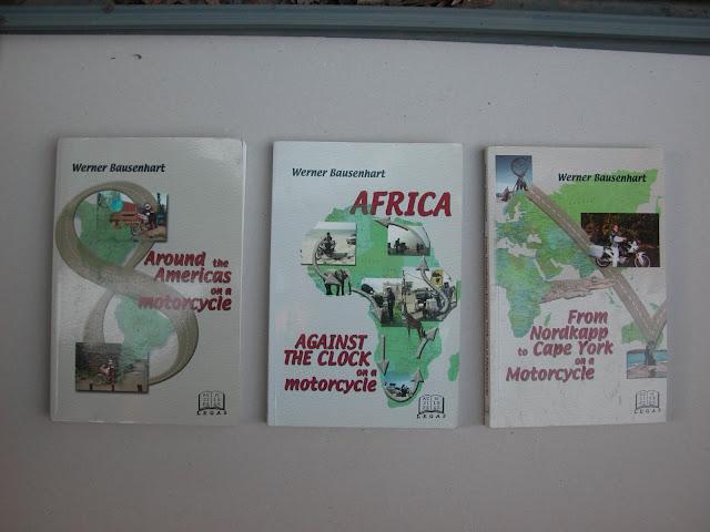 סדרת ספרים שנכתבו על ידי איש מדהים. וורנר באוזנהארט. קנדי ממוצא גרמני שבתום קריירה ארוכה של פרופסור לבלשנות באוניברסיטת אוטאווה, החליט לצאת ולממש את כל החלומות שלו בתחום אופנוענות האתגר. הוא עלה וירד את כל האמריקות. הקיף את אפריקה נגד כיוון השעון. חצה מלונדון לכיוון מזרח רוסיה וחזרה דרך סין. ויצא לעוד סיבוב סביב העולם מלונדון מזרחה דרך אוסטרליה. כל אחד מהמסעות האלה הפך גם לספר מרתק של תובנות וחוכמת דרך. (כאן בצילום חסר ספר אחד שהושאל לחבר וטרם חזר) לפני כחמש שנים יצרתי קשר עמו. ומאז אנחנו חחברים טובים. הוא אוהב ישראל מדהים וכבר בא לבקר אותנו כאן פעמיים. וורנר יוזכר עוד רבות בבלוג הזה. איש יקר ומיוחד!