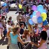 Patati (filho do pr.Arlindo)distribui balões da Igreja New Life.jpg