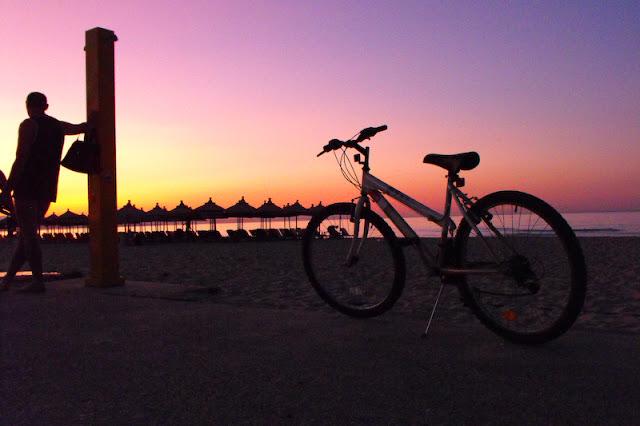cu bicicleta pe faleza