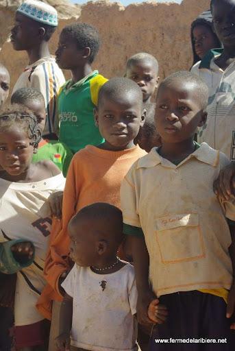 """enfants dans une """"concession"""", un village de la même famille depuis dès générations"""