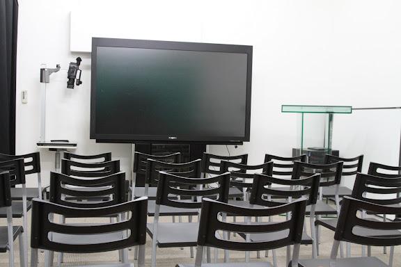 世界最大の電子ボード(中央)、書画カメラ(左)、ガラスの演題(右)