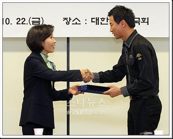 KimNamGil-FC.com Award form Mongolian Goverment (18)