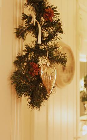 julepynt på vitrinskapet