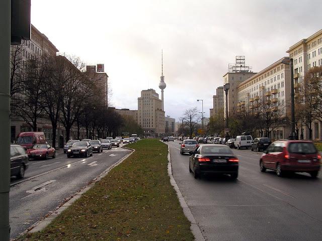 ☭ LA HUELLA SOCIALISTA SOVIETICA EN BERLIN ALEMANIA ☭ 133%20-%20Karl%20Marx%20Alee%20hacia%20el%20Oeste