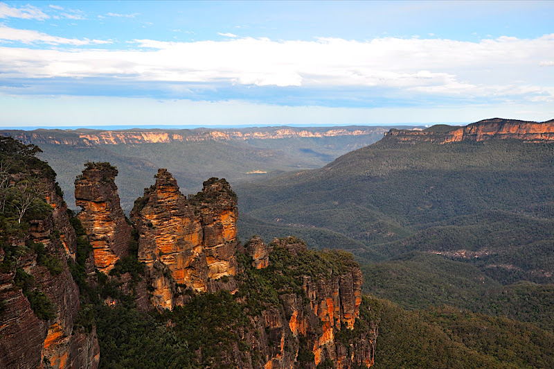 three sisters with mt solitary and the Jamison Valley