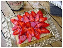 Tarta de fresas, confitura, nata y yema
