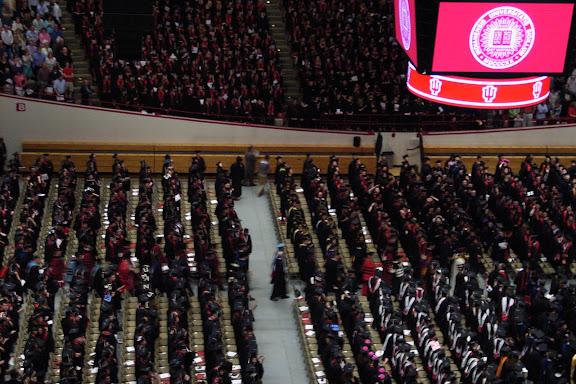 这是在下午场的典礼上,全体毕业生起立,迎接授予学位的校级领导及典礼嘉宾们入场。
