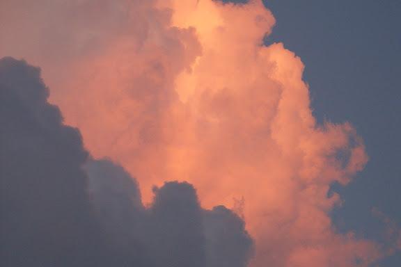 虽然空气没有在颤抖,但是天空在燃烧……
