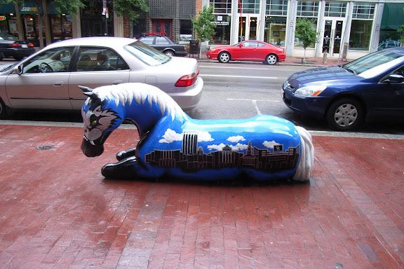 显然这是一座以赛马为荣的城市。街道上的雕塑以形形色色的马为主。这是之一