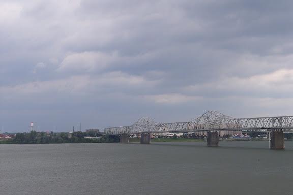 赶上了一场雷阵雨。这是在乌云笼罩下的俄亥俄河。