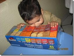 081013 Mon Travesura abro la caja y me como las galletas