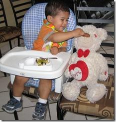 080605 Thu El oso es su compañero de todo hasta de comida y lo alimenta