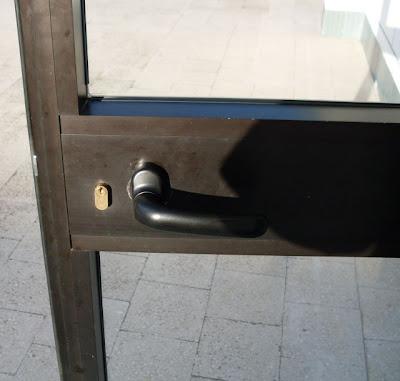 Image of Porta con maniglia e serratura