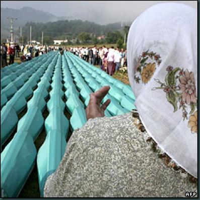 Το 1995 οι Σέρβοι δολοφόνησαν 8.000 Βόσνιους μουσουλμάνους άνδρες και αγόρια στη Σρεμπρένιτσα με πολυποίκιλη στήριξη και συμμετοχή Ελλήνων