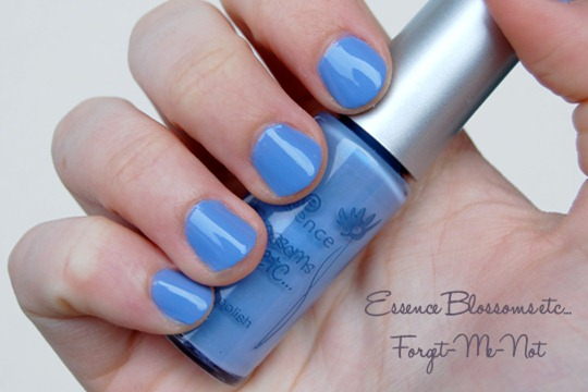 Essence Blossoms LE Nagellack Forget-Me-Not Swatch