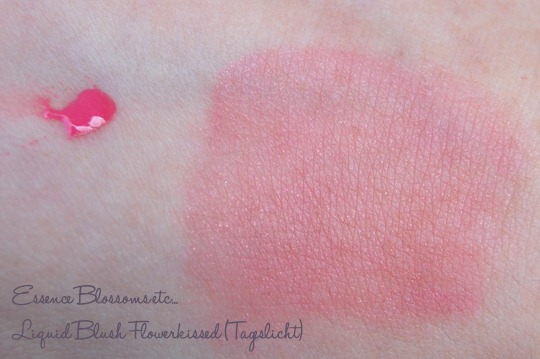 Essence Blossoms etc... Liquid Blush Flowerkissed Swatch (Tageslicht)
