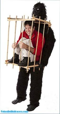 Disfraz-de-animales-hombre-enjaulado-por-gorila
