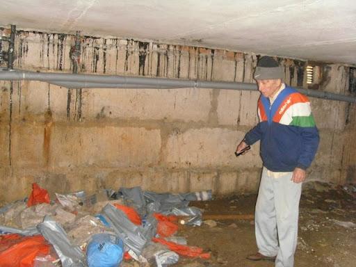 кучи строительного мусора в подвале
