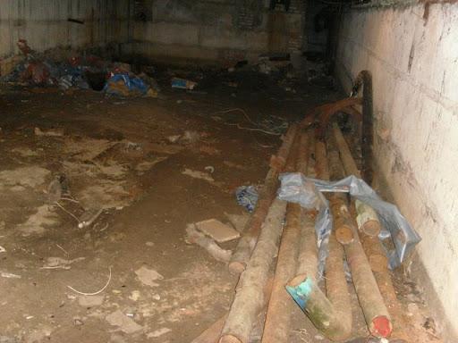 рабочие оставили старые трубы в подвале