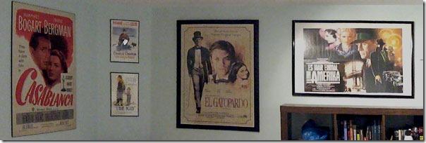 "Постеры на стене (слева направо): ""Касабланка (Casablanca)"", ""Золотая лихорадка (The Gold Rush)"", ""Малыш (The Kid)"", ""Леопард (Il Gatopardo)"", ""Однажды в Америке (Once Upon a Time in America)"""