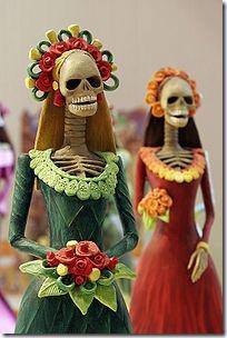 La Catrinas, красотки, - наиболее популярные персонажи мексиканского Дня Смерти (фото взято с www.wikipedia.org)
