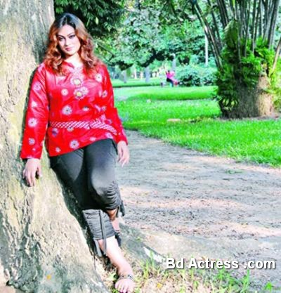Bd actress Popy under a tree