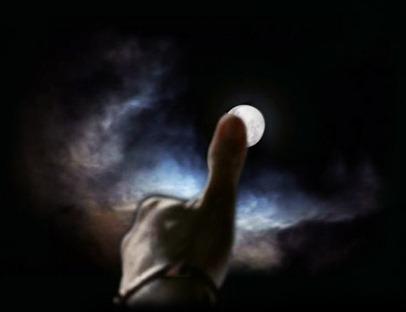 el dedo en la luna