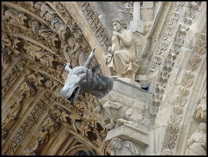 800px-Gargula_Catedral_Reims