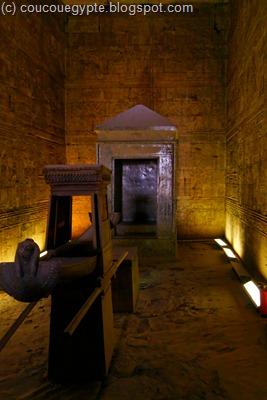 La barque sacrée en avant plan et au fond le tabernacle qui acceuillait la statue en or.