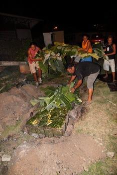 On couvre le four avec les feuilles de bananiers