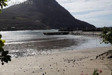 La mer se retire une dernière fois (on voit les pilotis sous le quai)
