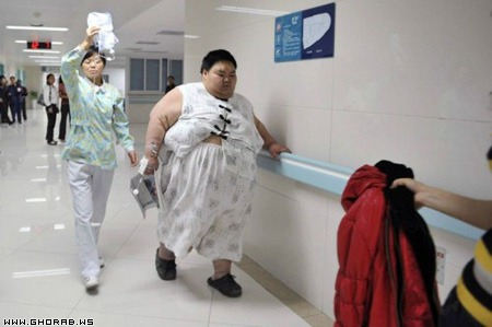 two nurses trying to move Liang Yong