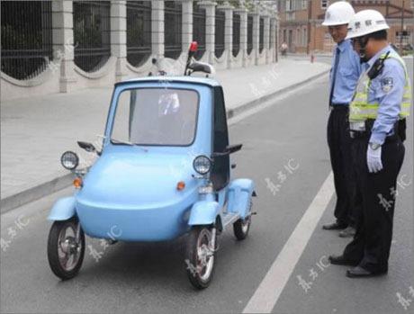 رجال المرور و السيارات الكهربائية الصينية