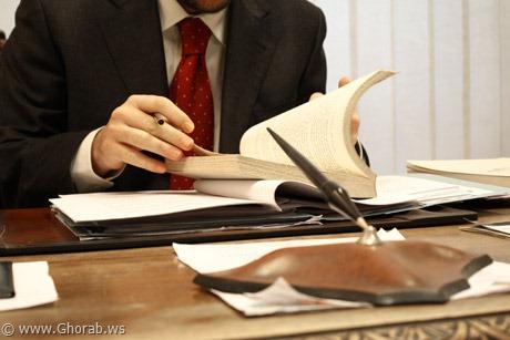 Reading القراءة - صورة شخص يقرأ