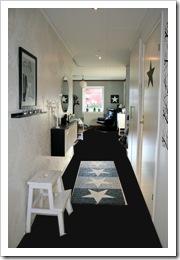 Hall med svart golv