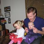 Grankusine Cecilie sidder ved siden af Silje og Far