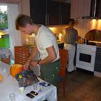 Morbror Jonas skærer græskar ud i sommerhuset
