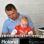 Morbror Jonas er i gang med at lære Silje at spille klaver.