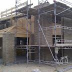 Den sydlige facade og stuen. Der hvor der er træ istedet for mursten skal der sættes fibercementplader op.