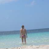 Nana wagt trotz Quallen eine Erfrischung im Meer